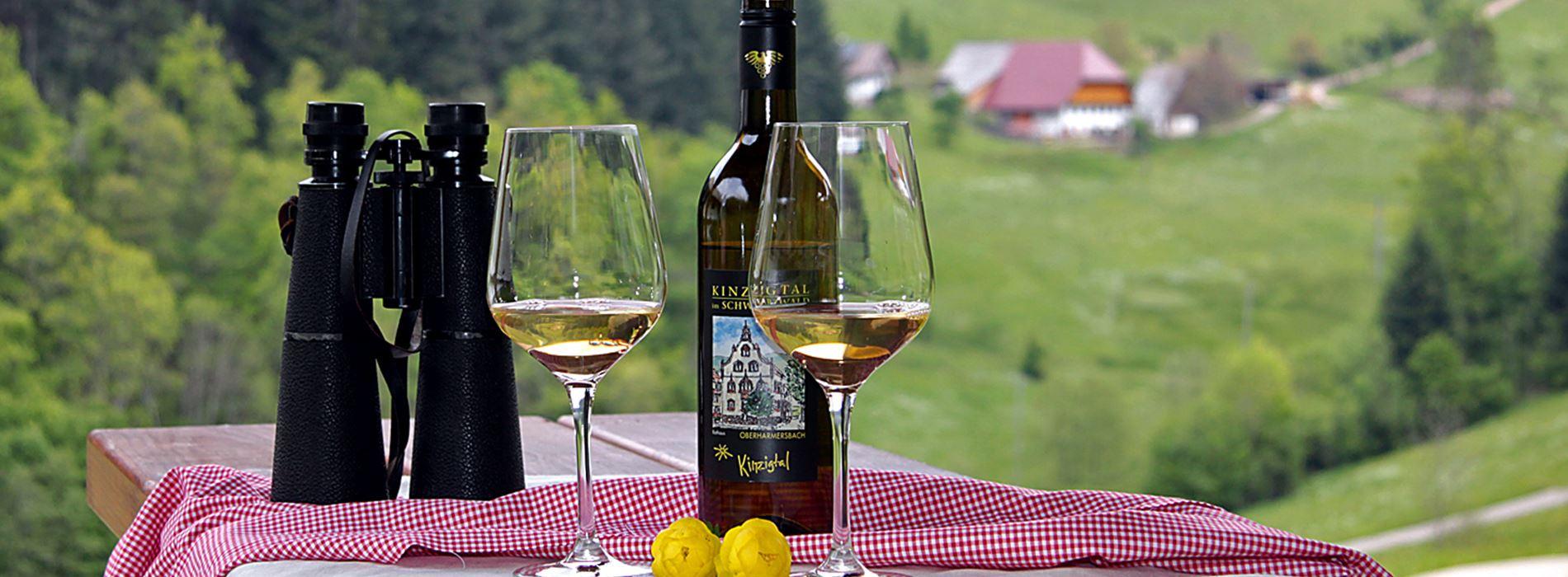 Wein und Fernglas als Deko